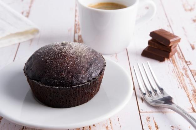 Dolce al cioccolato su un piatto con caffè