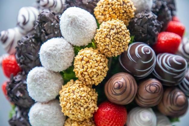 Fiori commestibili al cioccolato dalla frutta delle fragole