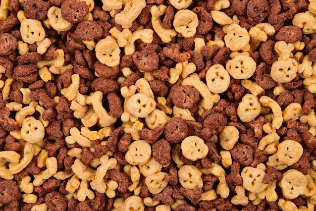 Fiocchi di cioccolato a forma di sfondo di teschi e ossa. vista dall'alto.