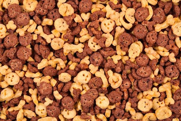 Fiocchi di cioccolato sotto forma di sfondo di teschi e ossa. vista dall'alto.