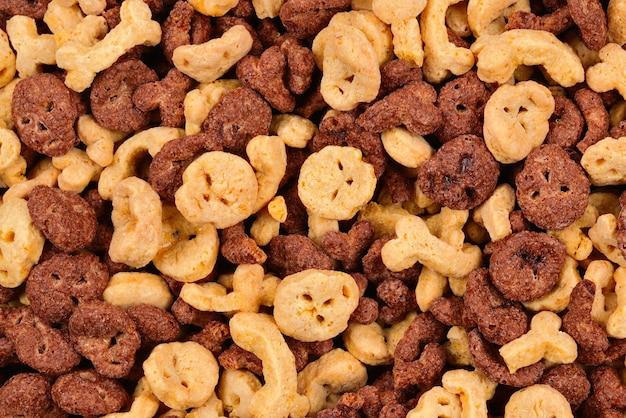 Fiocchi di cioccolato a forma di sfondo di teschi e ossa. vista dall'alto. Foto Premium
