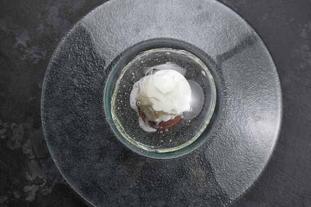 Fondente al cioccolato con gelato, su lastra trasparente, su sfondo nero