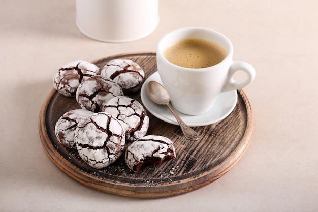 Biscotti al cioccolato fondente con una tazza di caffè