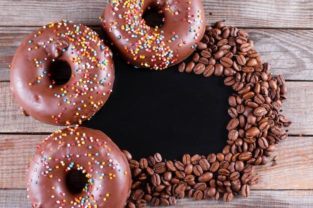 Ciambelle senza glutine al cioccolato con caffè su un tavolo di legno. vista dall'alto con copia spazio