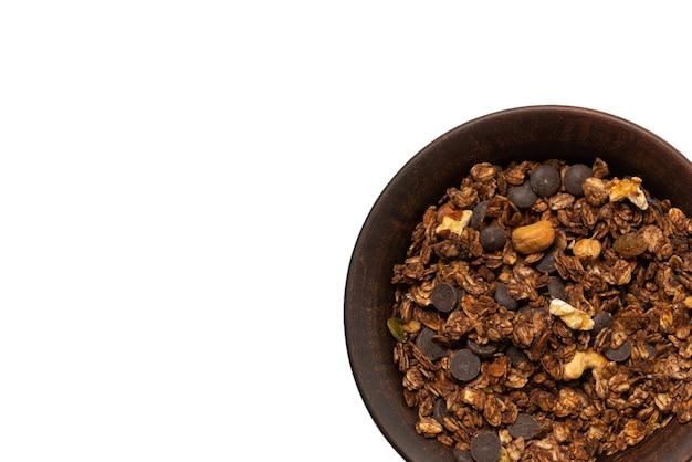 Cereali muesli al cioccolato con noci in uno sfondo di ciotola. isolato su sfondo bianco.