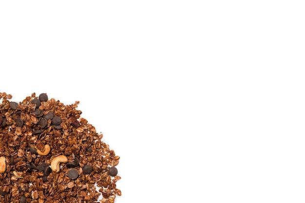 Cereali di muesli al cioccolato con noci. isolato su sfondo bianco.