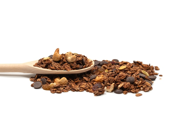 Cereali muesli al cioccolato con noci in un cucchiaio di legno