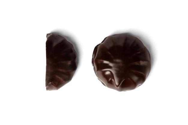Marshmallow al cioccolato isolato su bianco