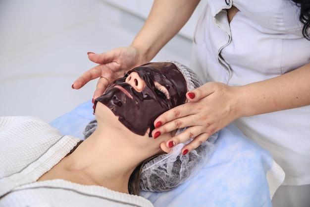 Trattamento con maschera al cioccolato sul salone della stazione termale