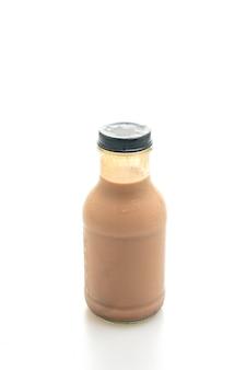Latte al cioccolato in bottiglia di vetro isolato su sfondo bianco