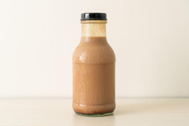 Latte al cioccolato in bottiglia di vetro sul tavolo