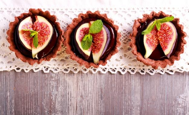 Mini tartine al cioccolato con ripieno di ganache al cioccolato e fichi sopra scatto dall'alto con copyspace