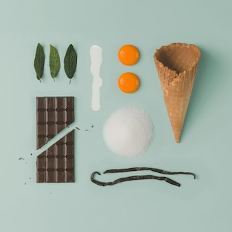 Ricetta gelato al cioccolato e menta. stile alimentare infografica. lay piatto. concetto di cucina.