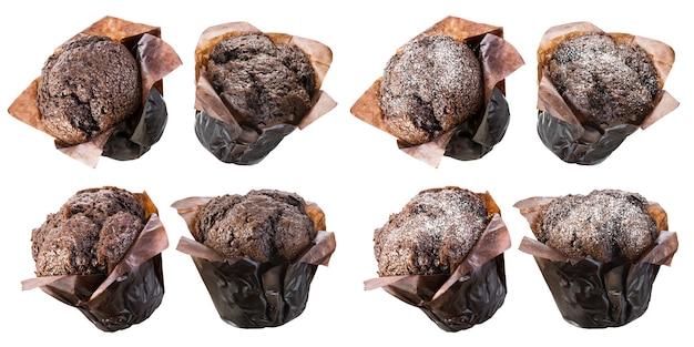 Muffin o cupcakes al cioccolato su bianco
