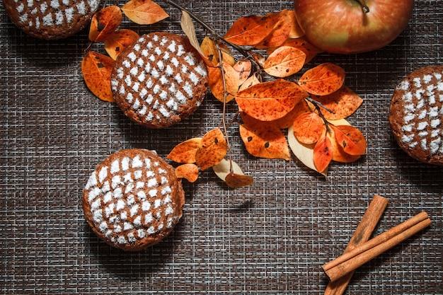 Muffin al cioccolato con ripieno di mele, foglie autunnali e cannella
