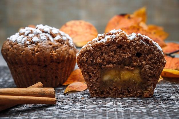 Muffin al cioccolato con ripieno di mele