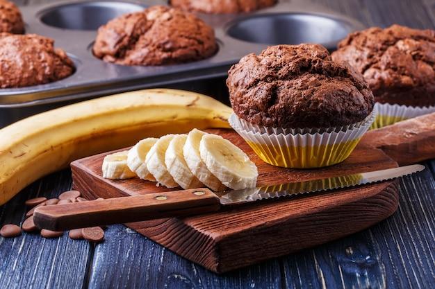 Muffin al cioccolato con banana su oscurità