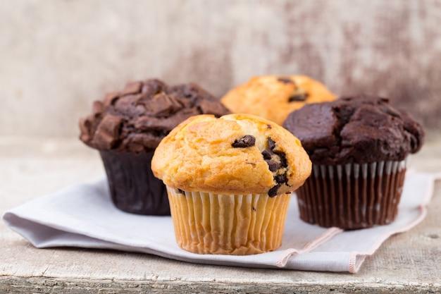 Muffin al cioccolato con sfondo vintage di cioccolato