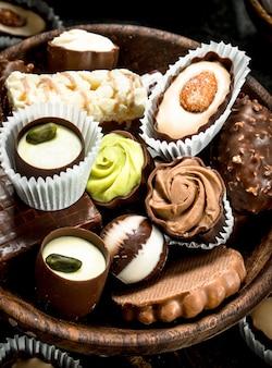 Caramelle al cioccolato dado in una ciotola di legno.