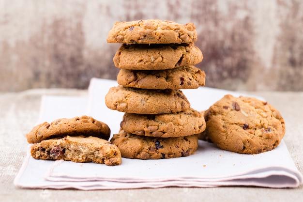 Biscotti di pepita di farina d'avena al cioccolato sulla tavola di legno rustica.