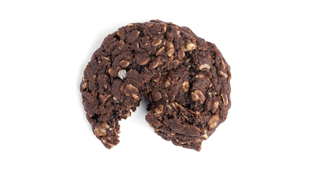 Biscotti di farina d'avena al cioccolato con uvetta e cocco su uno sfondo bianco