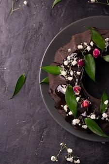 Torta al cioccolato decorata con fiori