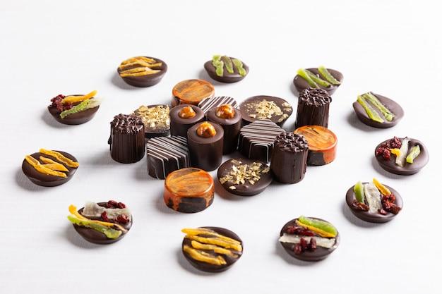 Pezzi di cioccolato su sfondo bianco, vista dall'alto