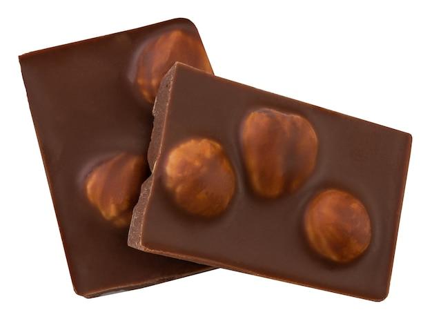 Pezzi di cioccolato con noci isolati su sfondo bianco.