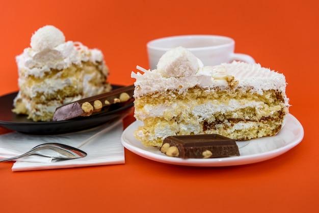 Pezzi di cioccolato con gustosa torta e tazza di caffè