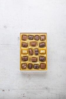 Praline di cioccolato. scatola di praline di cioccolato con marzapane.