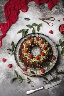 Torta rotonda al cioccolato. muffin al cioccolato con lampone.