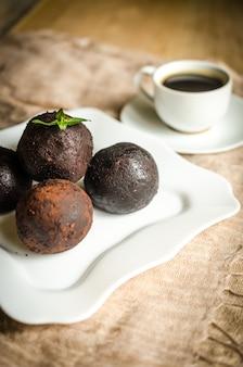 Palline di rum al cioccolato con tazza di caffè