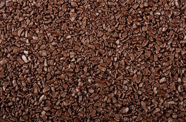 Il cioccolato spruzza la priorità bassa. vista del cioccolato granulato.