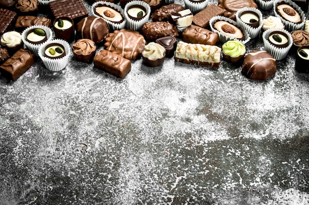 Caramelle dolci al cioccolato. sullo sfondo rustico.