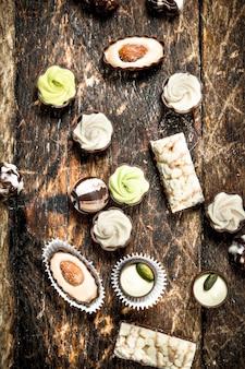 Caramelle dolci al cioccolato. su uno sfondo di legno.