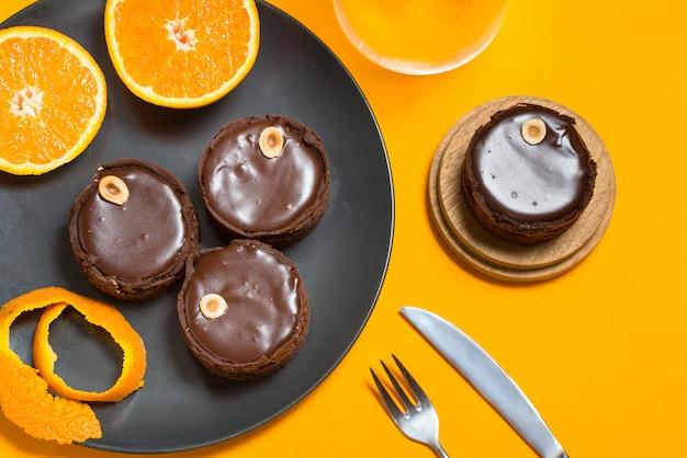 Crostata al cioccolato, ripieno al forno ripieno su una base di pasticceria con noci