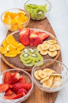 Tarte al cioccolato con frutta fresca mista Foto Premium