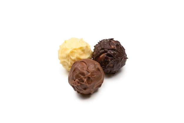 Tartufo di cioccolato isolato su priorità bassa bianca. vista dall'alto.