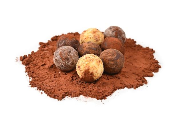 Tartufo al cioccolato isolato su sfondo bianco.