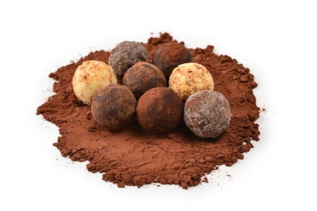 Tartufo di cioccolato isolato su priorità bassa bianca.