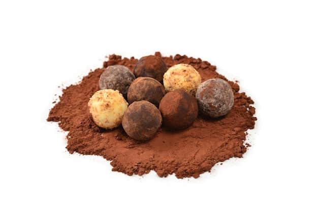 Tartufo di cioccolato isolato su bianco