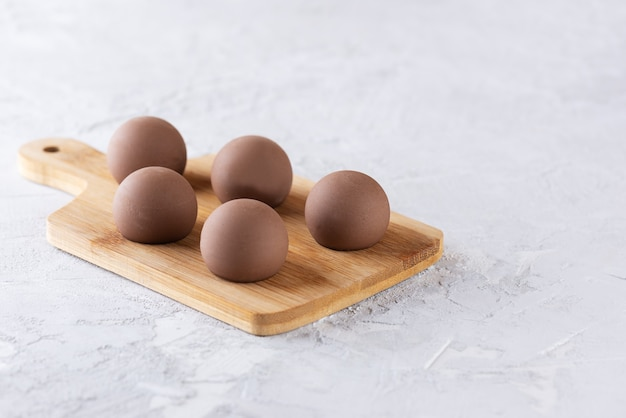 Tartufi al cioccolato su tavola di legno