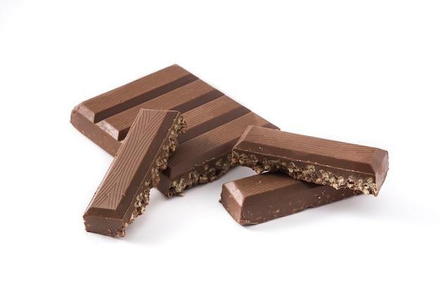 Torrone al cioccolato con riso soffiato per natale isolato su sfondo bianco