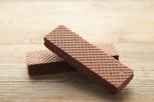Wafer al cioccolato su grigio