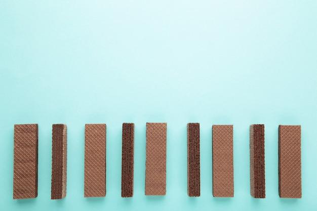 Wafer al cioccolato sull'azzurro