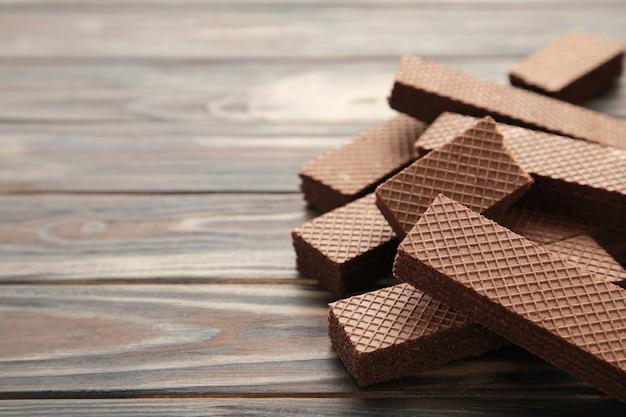 Wafer al cioccolato su colore marrone