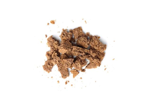 Briciole di wafer al cioccolato isolate su sfondo bianco.