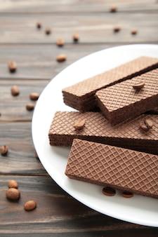 Wafer al cioccolato con caffè sul marrone