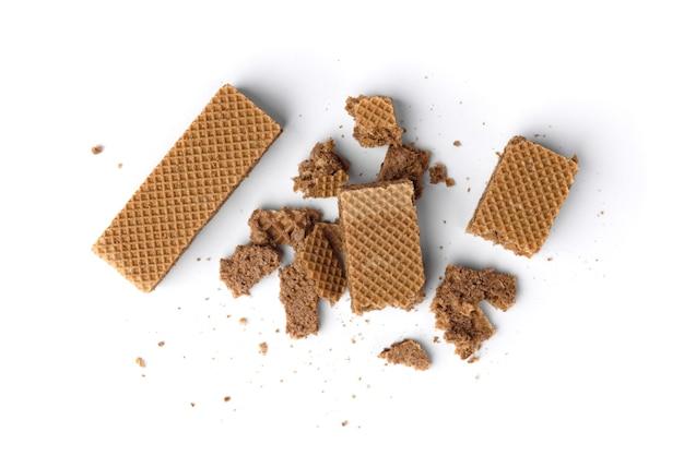 Wafer al cioccolato con briciole isolati su sfondo bianco.