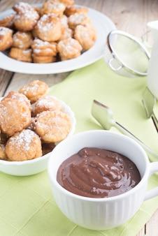 Cioccolato con buuelos Foto Premium